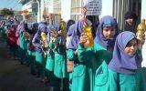 دستان مهربان دانش آموزان و معلمان چرامی برای کمک به سیل زدگان سیستان و بلوچستان و برپایی ایستگاه صلواتی ، سردار شهید حاج قاسم سلیمانی در خیابان های اصلی این شهر + تصاویر